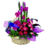 çikolata ve sepette çiçek   Kırklareli uluslararası çiçek gönderme