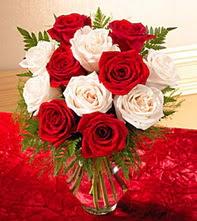 Kırklareli çiçek satışı  5 adet kirmizi 5 adet beyaz gül cam vazoda