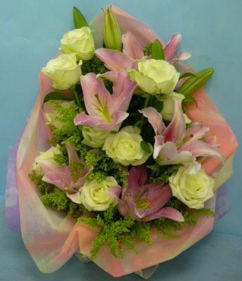 11 adet gül ve 2 adet kazablanka buketi  Kırklareli online çiçekçi , çiçek siparişi