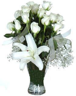cam içerisinde 11 beyaz gül ve 1 kazablanka  Kırklareli yurtiçi ve yurtdışı çiçek siparişi