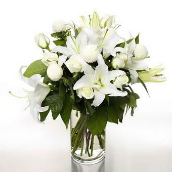 Kırklareli uluslararası çiçek gönderme  1 dal cazablanca 7 adet beyaz gül vazosu